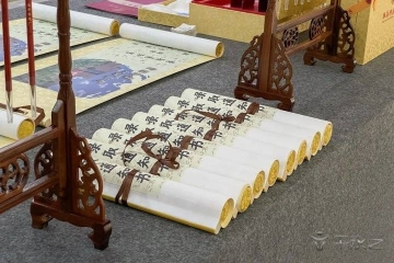 高校1.6米长卷轴式录取通知书霸气亮相